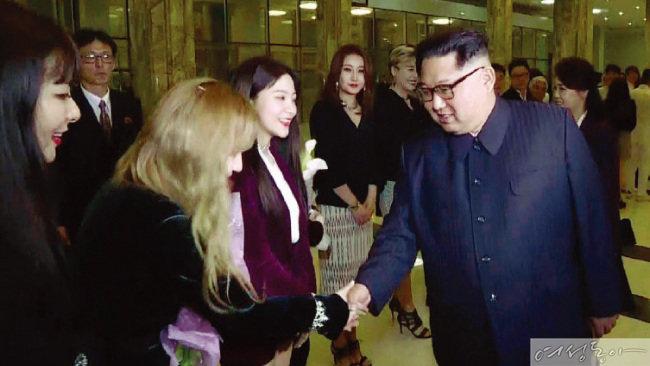 지난 4월 1일 동평양대극장에서 열린 남측 예술단의 단독 공연에는 김정은 위원장과 부인 리설주 여사가 참석해 관람 도중 박수를 치며 호응했다. 공연 후 출연진을 불러 일일이 악수하며 격려하고 기념사진도 찍었다.