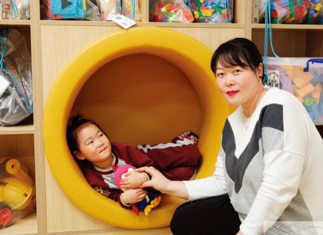 공동육아나눔터의 수준 높고 질 좋은 프로그램 덕분에 양육 부담과 육아 걱정을 덜었다는 두 아이의 엄마 채수진 씨.