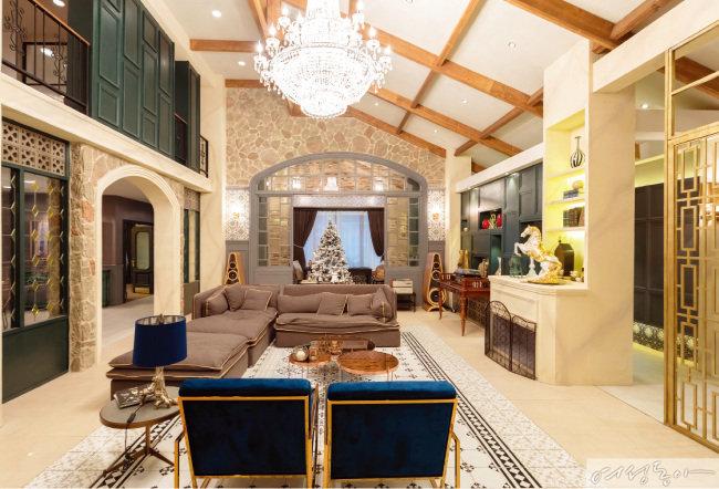 드라마 '마더'에서 당대 최고의 여배우로 나오는 이혜영의 으리으리한 복층 주택.