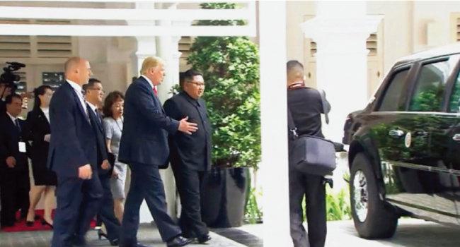 트럼프 대통령이 자동차 마니아인 김정은 위원장에게 자신의 방탄차 '비스트'를 보여주고 있다.