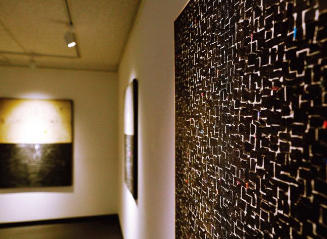한국 중견 작가 안영일과 오세열의 작품을 전시 중인 갤러리조은.