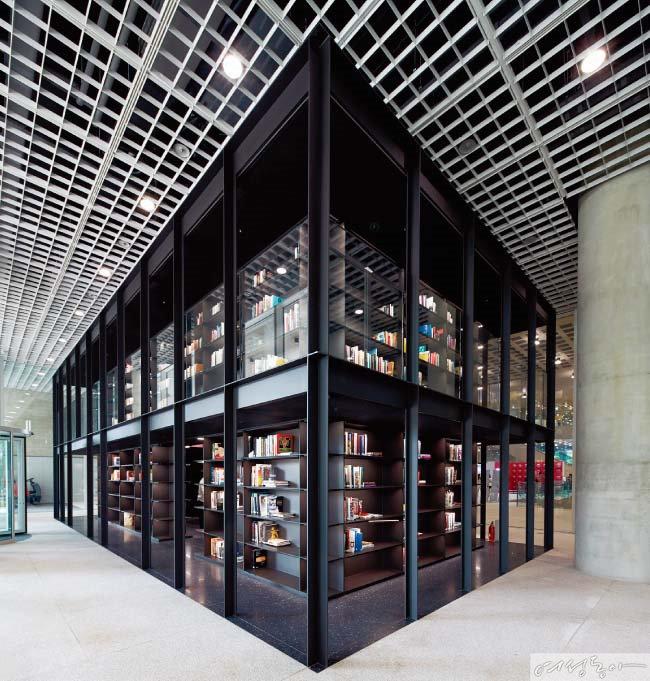 미술 전시 도록 전문 도서관 apLAP이 로비와 지하 미술관 APMA를 연결한다.