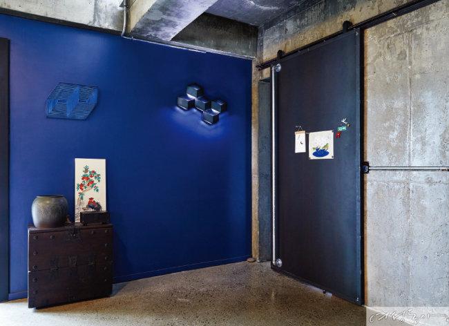 파란 벽을 캔버스 삼아 꾸민 공간이 한 폭의 그림 같다. 류난호 작가의 친정어머니가 아끼던 가구와 강화수 작가의 항아리, 류난호 작가의 민화가 어우러져 전통과 모던의 하모니를 느낄 수 있다.