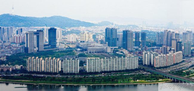 여의도 63빌딩에서 바라본 용산 일대의 모습. 최근 문재인 대통령과 박원순 서울시장의 언급으로 이 지역 부동산 가격이 급등했다.