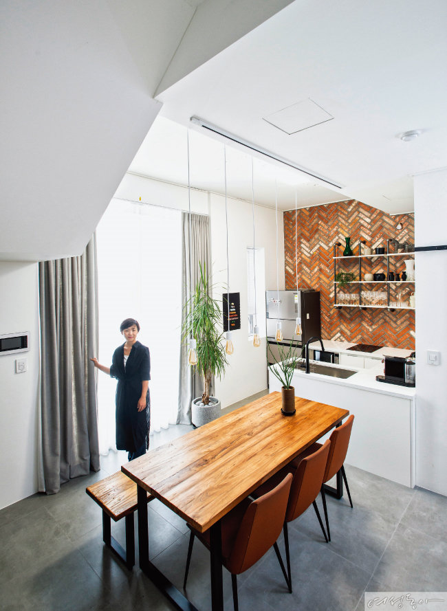 적벽돌과 원목 테이블로 내추럴한 느낌을 더한 홈카페는 반전의 공간.