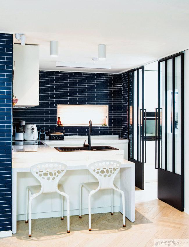 주방은 딥 블루 컬러 타일을 붙이고, 슬라이딩 도어를 달아 세련되게 완성했다.