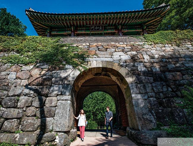 남한산성 4대 문 가운데 가장 웅장한 남문 '지화문'.