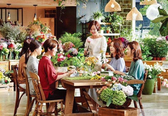 8월 11일 진행된 CF 촬영. 광고 촬영이 처음인 훼라민퀸 허정원·이인하 씨는 베테랑 배우 장미희의 도움을 받아 즐겁게 촬영을 마칠 수 있었다.