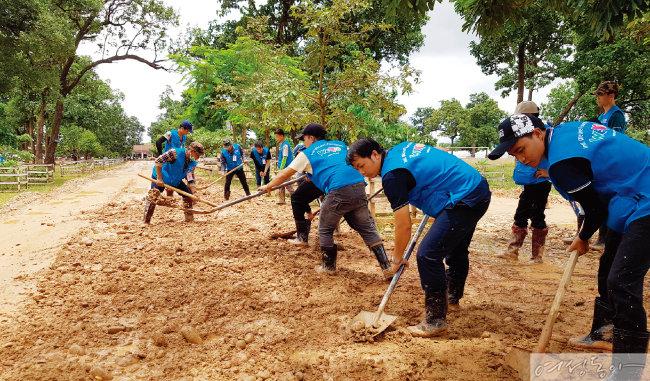 국제위러브유운동본부는 라오스 댐 침수 피해 지역에서 한 달간 구호작업을 진행했다. 사진은 위러브유 회원들이 대피소에 배수로를 개설하는 모습.