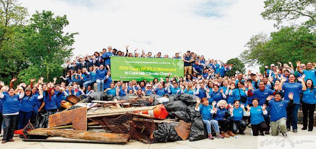 위러브유의 '클린월드운동'은 기후 변화에 대응하는 전 세계적인 환경정화운동이다. 사진은 2016년 미국 뉴욕 인우드힐공원 정화운동 당시 모습.