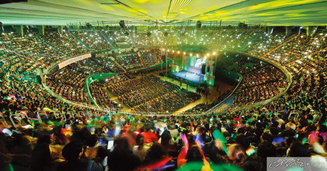 국제위러브유운동본부가 지난해 11월 서울 잠실실내체육관에서 개최한 제18회 '새생명 사랑의 콘서트' 현장. 각국 외교관을 비롯해 각계 인사, 위러브유 회원 등 1만2천여 명이 재난, 질병, 빈곤 등으로 어려운 국내외 이웃들에게 희망의 메시지를 전했다.