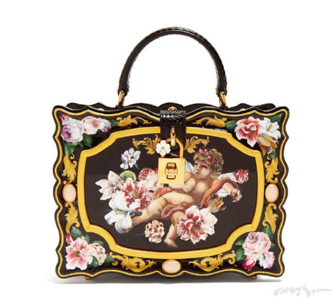 물결무늬 프레임에 천사와 꽃봉오리 프린팅이 돋보이는 박스 백. 스트랩을 부착할 수 있어 숄더나 크로스로도 착용 가능하다. 가격미정 돌체앤가바나by매치스패션.