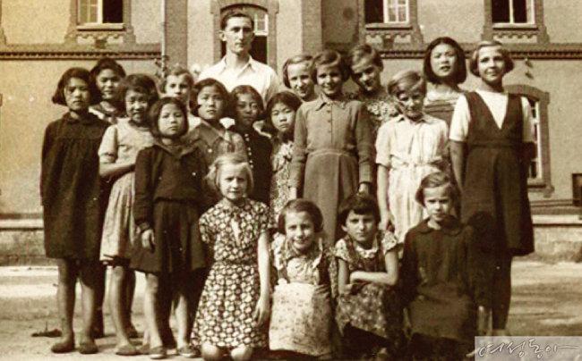 다큐멘터리 '폴란드로 간 아이들' 스틸 컷.