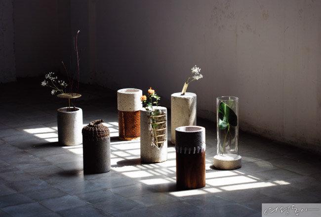 콘크리트 소재 오브제로 감각적인 공간을 만들어냈다. design by Paola Sakr.