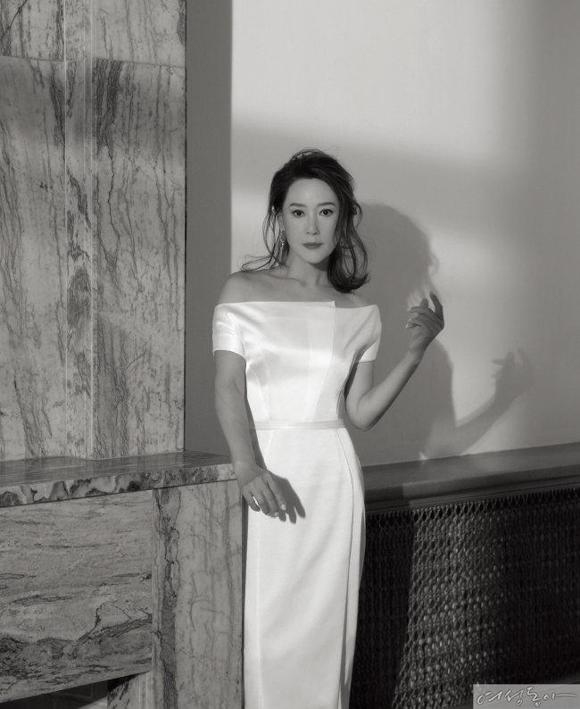 오프숄더 원피스 퍼블리카아뜰리에. 드롭 이어링 마리끌레르주얼리.
