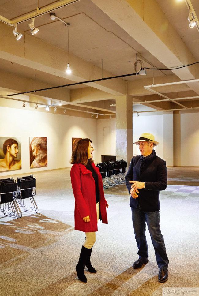 대부해솔길 6코스에 있는 정문규미술관. 미술에 조예가 깊은 오스카 대사가 그림 하나하나를 꼼꼼히 봤다.