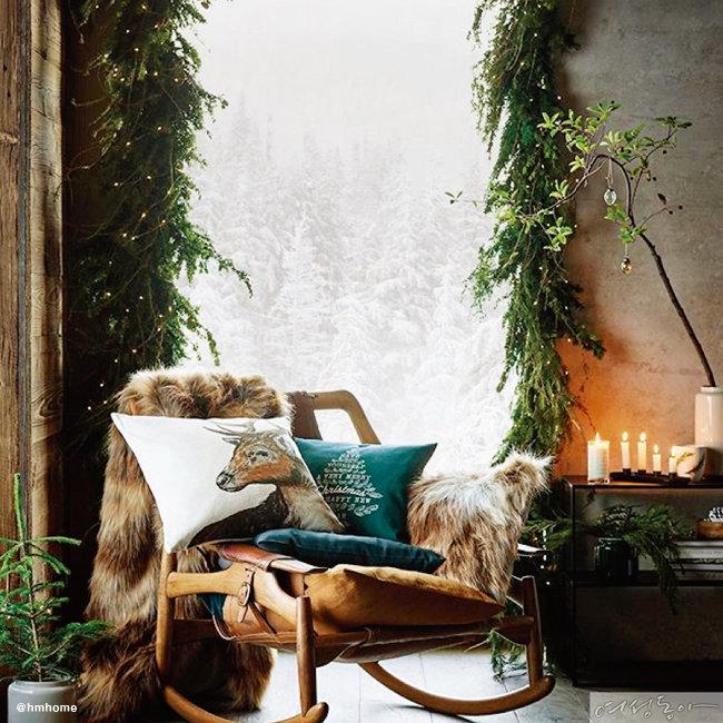 산타할아버지 썰매를 연상시키는 흔들의자와 사슴 프린팅 쿠션의 환상적인 조합. 나뭇가지로 창가를 꾸며 산속에 있는 듯한 착각을 불러일으킨다.