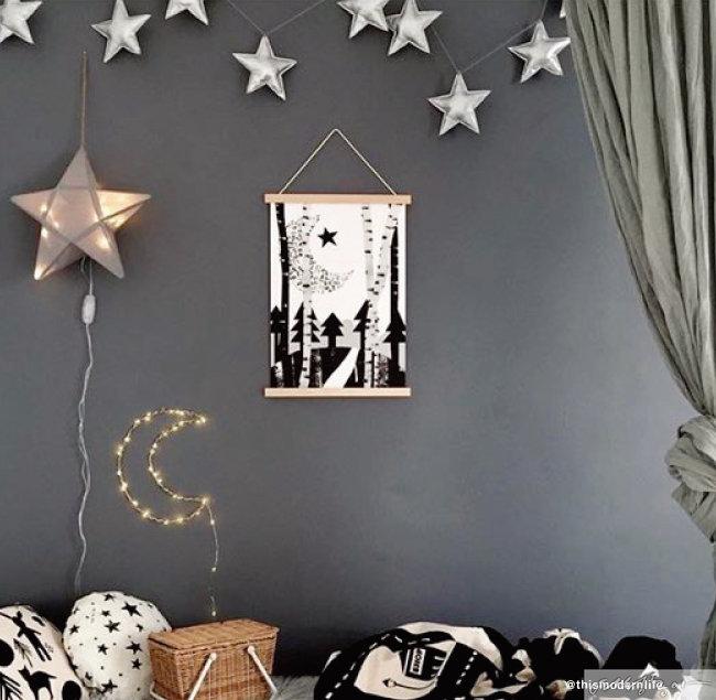 은빛 별과 달 장식으로 겨울 밤하늘처럼 꾸민 공간. 꼬마전구를 달 모양으로 연출하니 색다르다.