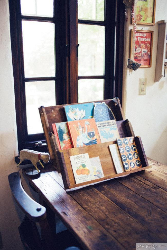 카드나 그림책을 전시하기 위해 만든 스탠드. 3단으로 만들어 많은 종류의 카드를 수납할 수 있다.