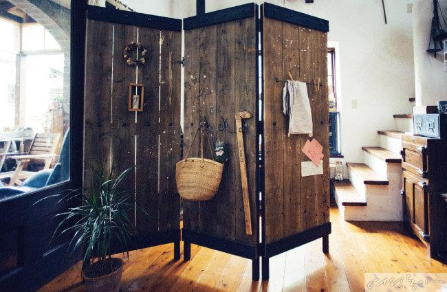 파티션은 의외로 사용 범위가 넓은 아이템. 높이에 따라 다양한 분위기를 연출할 수 있는데, 벽 코너에 L자형으로 설치해 가벽처럼 사용해도 제격이다.