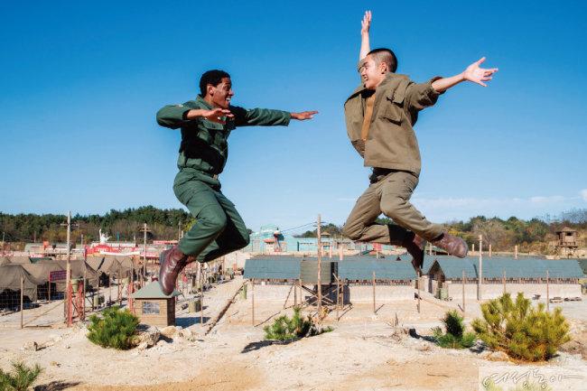 영화 '스윙키즈'에서 탭 댄스에 빠지는 북한군 포로 역을 연기한 도경수.