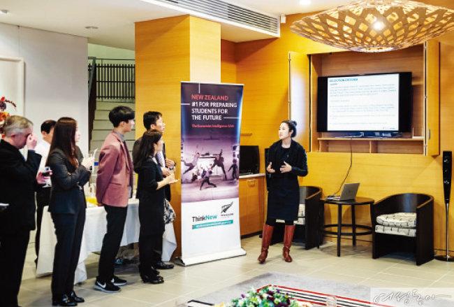 '뉴질랜드 미래 장학금'을 받게 된 두 학생의 UCC 영상을 감상하고 있다.