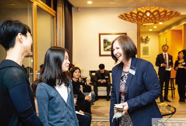 아델 브라이언트 교육참사관(오른쪽)과 이시은 학생(가운데) 가족이 축하와 감사 인사를 나누고 있다.