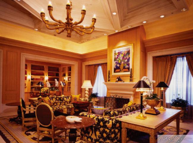 호텔 내 10개의 레스토랑, 라이브러리 등 다양한 편의시설을 제공해 도심에서 럭셔리한 휴식을 취하기 좋다.