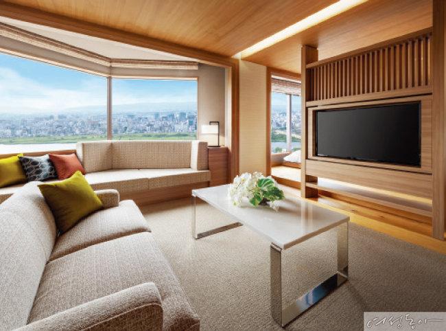 전 객실에 넓고 큰 창문이 있어 오사카의 아름다운 전망을 감상할 수 있다.
