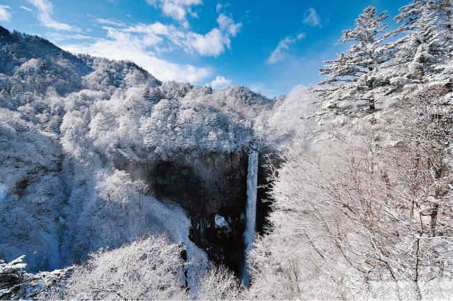 닛코의 관광 명소 중 하나인 게곤 폭포. 철마다 다른 절경을 뽐낸다.