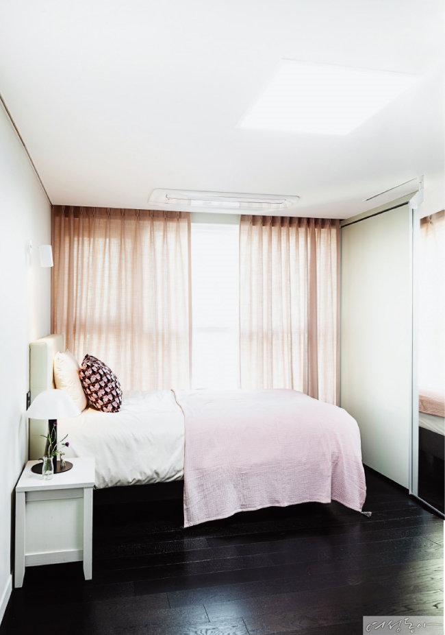 작은딸 방은 핑크 컬러로 러블리하게 꾸몄다. 침대 맞은편에 설치한 붙박이장은 전면에 거울을 달아 공간이 넓어 보이는 효과가 있다.