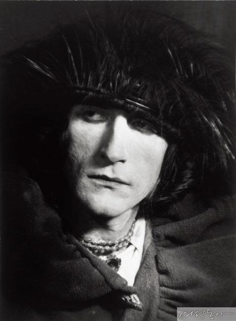 에로즈 셀라비로 분장한 뒤샹, 1921, 만 레이, 젤라틴 실버 프린트, 17.8x13.3cm, Philadelphia Museum of Art