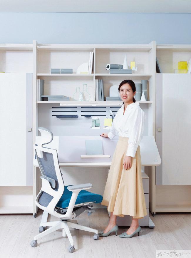 이타카네오 책상을 픽한 인플루언서 김효은 씨.