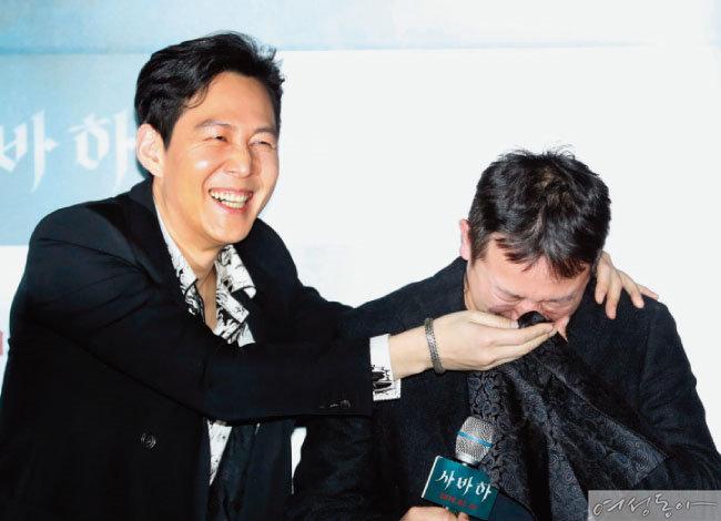 시사회에서 장재현 감독이 울음을 터트리자 손수건을 꺼내 눈물을 닦아주는 이정재.