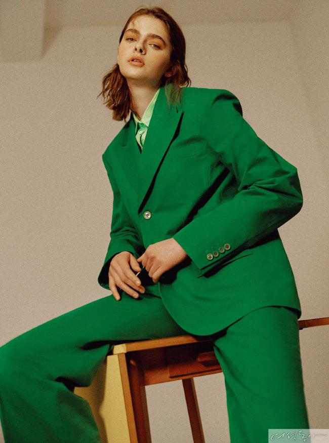 셔츠 43만5천원 타임. 그린 컬러 오버사이즈 재킷, 팬츠 모두 가격미정 빅팍.