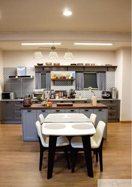 블루 그레이 컬러가 모던한 느낌을 더하는 주방. 식탁, 의자는 벤스.
