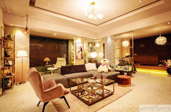 거실은 이국적인 패턴 타일과 컬러풀한 암체어, 소파, 카펫 등으로 화려하게 연출했다. 암체어, 소파, 카펫은 까레, 벽의 패턴 타일은 광명타일.