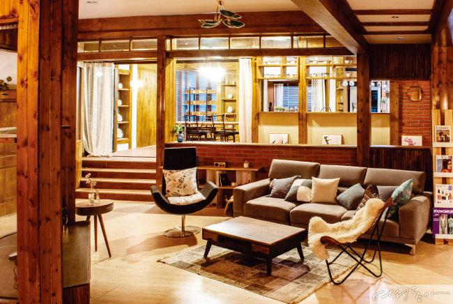 원목과 벽돌로 만든 공간에 빈티지 가구로 클래식하게 꾸민 거실.