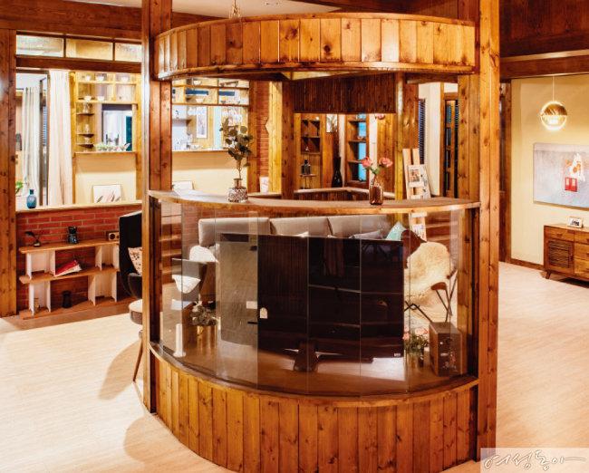 거실 한쪽에 원목 수납장을 짜 넣어 파티션처럼 활용한 아이디어도 눈여겨볼 것.