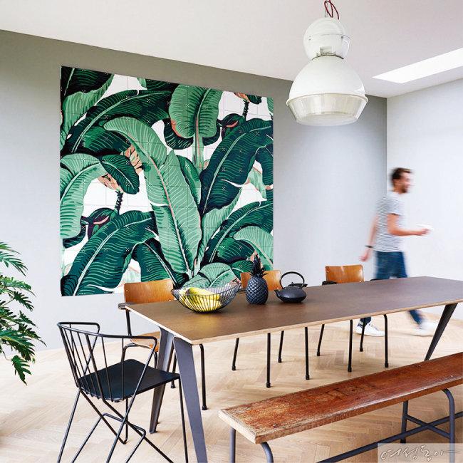 공간에 청량감을 더하는 바나나잎 일러스트 월데코. 100×80cm 10만8천원 에이치픽스.