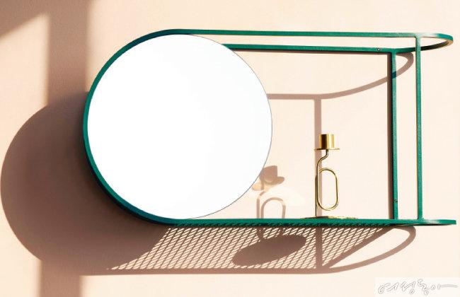 마리오 차이의 '투 핼브즈 미러(Two Halves Mirror)'.