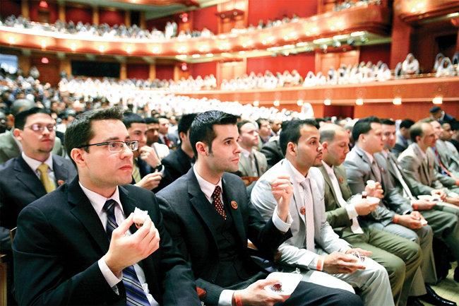미국 뉴욕권 하나님의 교회 신도들이 유월절 떡과 포도주를 먹고 마시며 성찬예식에 참여하고 있다.