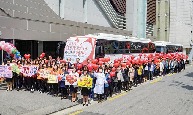 서울강남 하나님의 교회에서 열린 제727차 유월절사랑 생명사랑 헌혈릴레이에 참석해 환하게 웃고 있는 사람들.