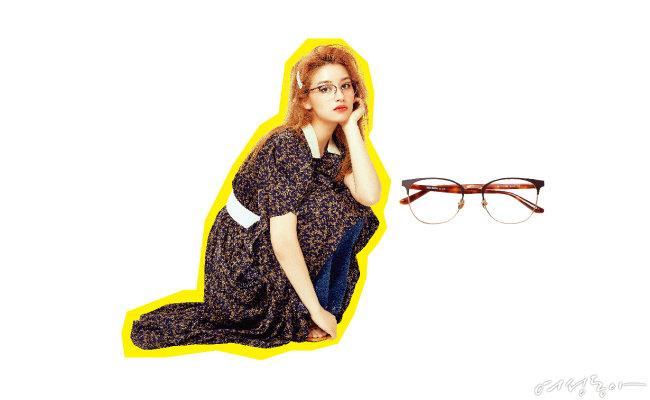 클래식한 프레임의 안경에 톤 다운된 플라워 패턴 롱 원피스를 매치하면 빈티지하면서도 걸리시한 무드를 자아낼 수 있다. 글라스 15만5천원 몰숀.