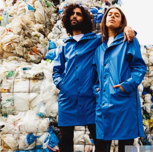재활용 플라스틱 병 66개로 만든 암스테르담 브랜드 마이움의 레인코트.