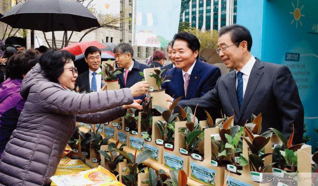 4월 10일 서울시청에서 열린 행사에서 시민들에게 미세먼지 저감식물을 나눠주고 있는 박원순 서울시장.