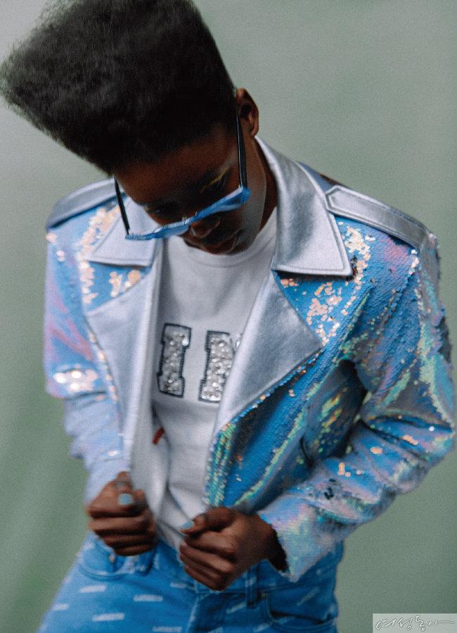 비즈 장식 반소매 티셔츠 3만9천원 파이브 쌍크. 스팽글 라이더 재킷 1백9만원 그리디어스. 레터링 데님 팬츠 17만9천원 라코스테라이브. 선글라스 30만원대 미우미우by룩소티카.