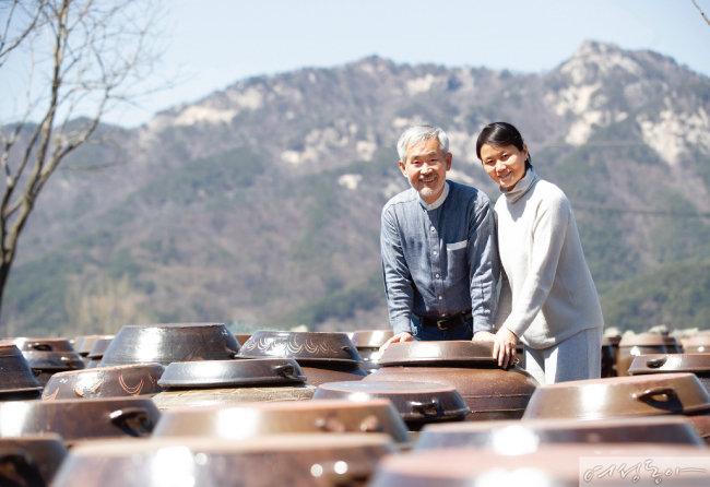 김윤세 인산가 회장과 아내 우성숙 인산연수원장이 죽염수로 담근 장을 살펴보고 있다.