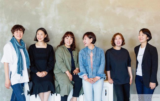 맘카페 협동조합 '맘스런'을 이끌어가고 있는 이명아(일산), 최상아(김포),양정희(수원), 박은정(분당), 황경희(인천)씨와 맘스런 직원 최윤성 씨(왼쪽부터).