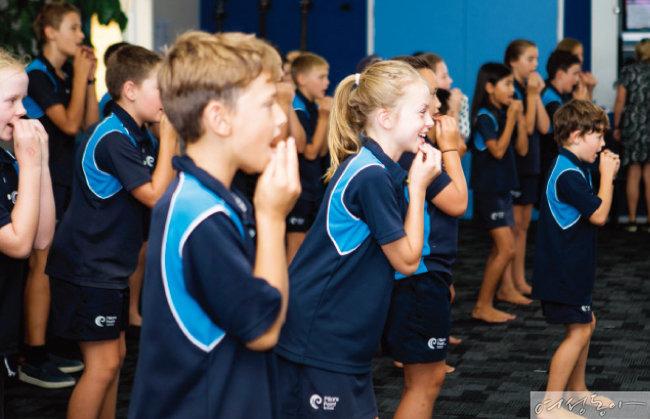 뉴질랜드 원주민 마우리족 전통 춤과 노래를 배우고 있는 뉴질랜드 학생들.